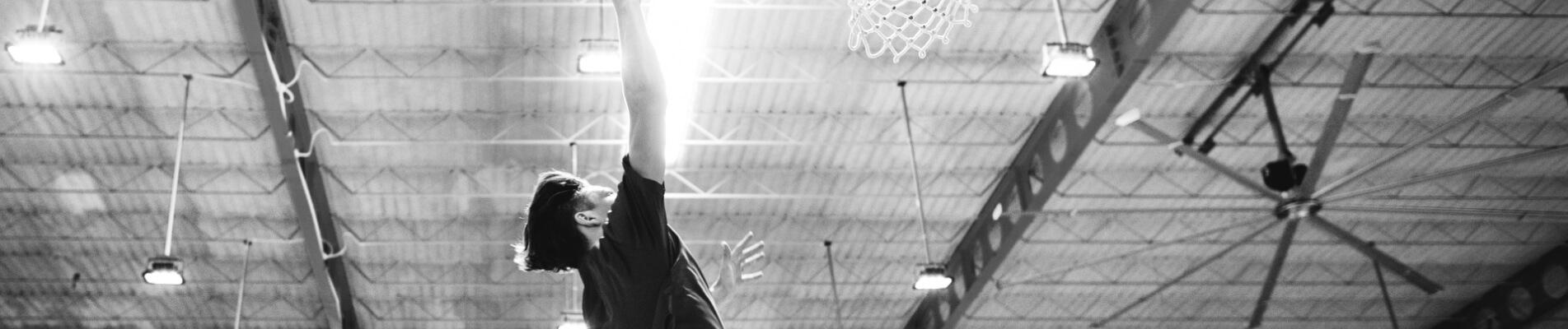 ¡Los beneficios del baloncesto y el piso de tartán para niños!