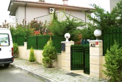 Aplicación de pared en jardín de valla de césped