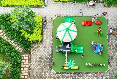 Aplicación de césped artificial para parques infantiles