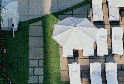 Aplicación de terraza de césped artificial