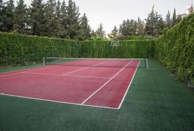 Aplicación de césped artificial para canchas de tenis